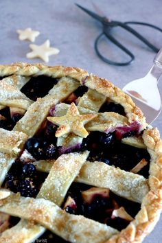 This beautiful Blackberry Apple Pie is the perfect combination of summer and fall flavors reunited together in a pie. It features some sweet and juicy flavors, all wrapped up in a perfect flaky pie crust with a lattice top. #applepie #balcberrypie #pieseason #fallrecipes #autumnrecipes Summer Recipes, Fall Recipes, Blackberry And Apple Pie, Lattice Pie Crust, Mini Fruit Tarts, Delicious Desserts, Dessert Recipes, Lattice Top, Perfect Pie Crust