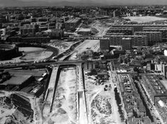 """Panorámica del puente de Ventas en plena construcción de la M-30. A la derecha de la plaza de toros y frente a los bloques de la ampliación del Barrio de la Concepción, se pueden ver unas casitas prefabricadas, llamadas popularmente """"Casitas de Papel""""; Tenían vigilante y era un privilegio. Foto de 1962."""