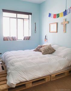 Os pallets são ótima opção para fazer uma cama econômica e cheia de estilo. Mais ideiais em www.historiasdecasa.com.br #todacasatemumahistoria