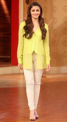 Alia Bhatt looks nice in a chartreuse top and off-white denims! Bollywood Girls, Bollywood Stars, Bollywood Fashion, Indian Celebrities, Bollywood Celebrities, Alia Bhatt Varun Dhawan, Alia Bhatt Photoshoot, Aalia Bhatt, Alia Bhatt Cute