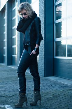 RED REIDING HOOD; Fashion blogger wearing all black everything outfit baggy leather pants G-star tapered coated jeans model off duty edgy rock streetstyle look invito suede olive green heeled mountain boots RayBan aviator gunmetal sunglasses