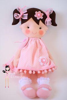 Para a Adélia, de Brasília, presentear a pequena Maria Fernanda, uma boneca princesa vestida em tons cor-de-rosa, com cetro de  coração e coroa rosa!  Fofa como toda princesa deve ser! E ainda têm bracinhos articulados.  Gostaram?  ♥ medida da boneca princesa:  46 cm alt X 18 cm larg (com a coroa) 39 cm alt X 18 cm (sem a coroa)  Orçamentos são proibidos pelo Flickr e Flickr Mail.  Érica Catarina | Blog | Contato | + Informações |