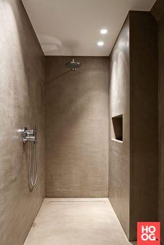 Badkamer landelijke stijl Rustic Bathrooms, Small Bathroom, Master Bathroom, Bathroom Floor Plans, Bathroom Flooring, Hampton Style Bathrooms, Shower Lighting, Tadelakt, Apartment Renovation