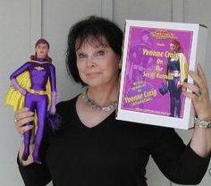 Yvonne Craig with a Batgirl action figurine 2014 Batman Cast, Batman Tv Show, Batman Tv Series, Batman And Batgirl, Batman 1966, Batman Robin, Gi Joe, James Gordon, Yvonne Craig