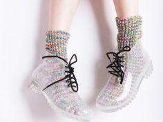 La temporada de lluvias está aquí y es hora de aprovecharla: usa las botas de lluvia que siempre quisiste, con diseños coloridos o discretos, transparentes u opacas. ¿Cuáles te pondrías?