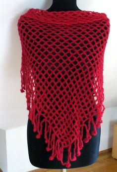 Samá díra - v červené šátek, pléd - uháčkovaný z kvalitní příze (směs mohéru a hedvábí). Rozměry: nejdelší strana cca 140 cm, v cípu cca 70 cm. Barva je ve skutečnosti vínově červená... lehounký a přitom hřejivý - nositelný celoročně.