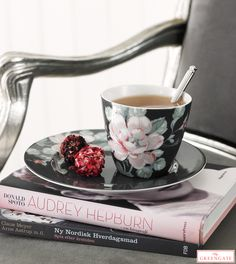 Jesiennie z Green Gate Latte Cups, Red Cottage, Cuppa Tea, Tea Tins, Tea Art, How Sweet Eats, Audrey Hepburn, Coffee Time, Creative