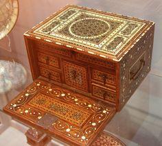 Cabinet miniature à abattant. Palissandre et teck, incrustation d'ivoire, sadeli. Madoi inv. n° MOB.2000.1521