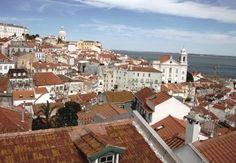 Un viaggio a Lisbona, nel vecchio quartiere dell'Alfama, cuore del Portogallo. Cosa vedere tra i vicoli e terrazze e i segreti dell'unico sopravvissuto al terremoto del '700. http://www.marcopolo.tv/portogallo/lisbona-e-alfama