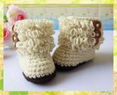 Crochet baby booties - love the buttons