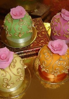 Tartas Cakes Haute Couture These gorgeous cupcakes are made with natural colors, painted with edible gold. Cupcakes Cool, Beautiful Cupcakes, Gorgeous Cakes, Amazing Cakes, Royal Cupcakes, Ladybug Cupcakes, Snowman Cupcakes, Giant Cupcakes, Decorated Cupcakes