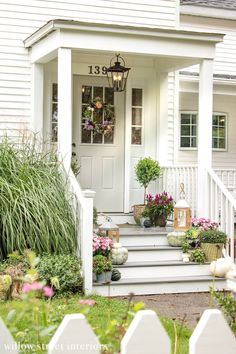 Imaginative Fall Porch Decorating Ideas to Make Yours Unforgettable – Dandj Home - Eingang Small Front Porches, Front Porch Design, Style At Home, Porche Chalet, Veranda Design, White Porch, Front Stoop, Front Porch Stairs, Porch Steps