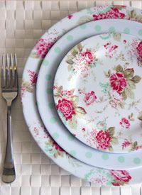 Platos con rosas