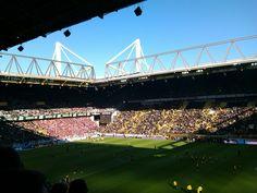 Im Stadion mit ungefähr 80.000 Leuten