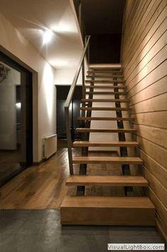 Escaleras Rectas Ejes Laterales<br />Modelo 10 :<br />Escalera de ejes de caño de hierro en un tramo que con mensulas de angulo de hierro sostiene peldaños de madera y primer peldaño importante, baranda sencilla de caño de Acero Inoxidable.