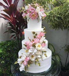 Mais um bolo lindo para casamento feito pela @mariahelenabolos #wedding #weddingcake #bolodecasamento #casamento #bolosdecorados