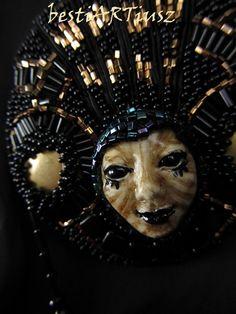 bestiARTiusz: Farinella (beaded brooch with mask/broszka z maską haft koralikowy)