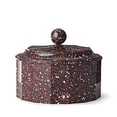 Svart Rännåsporfyr. Rund fasetterad form. Lockknopp i klotform. Höjd 10. Diameter 12,5 cm.