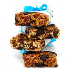 fruit and nut granola bars. simple and delicious. Nut Granola Recipe, Homemade Granola Bars, Breakfast Bars Healthy, Healthy Bars, Breakfast Cookies, Make Your Own Granola, Vegan Snacks, Healthy Snacks, Healthy Breakfasts