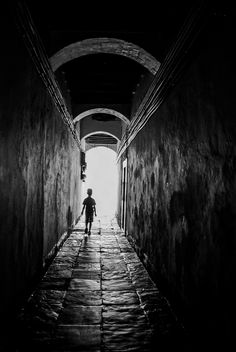 Boy - Pasillo en un barrio de Cádiz