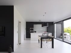 Keuken • modern • keukeneiland • zwartwit • schuifraam • ingebouwde oven • renovatie • Foto: www.verelst.be