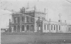 Fotografía de la construcción de la Municipalidad de Loberia