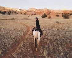 Image discovered by c l o u d y ☁️. Find images and videos about girl, photography and nature on We Heart It - the app to get lost in what you love. Westerns, Into The West, Ranch Life, Le Far West, Horse Riding, Trail Riding, Horse Girl, The Ranch, Adventure Is Out There