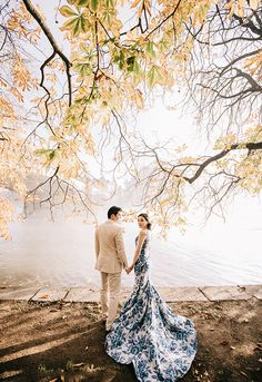 Wedding photography - A classic lakeside prewedding portrait filled with modern romance! Pre Wedding Poses, Pre Wedding Shoot Ideas, Pre Wedding Photoshoot, Wedding Couples, Wedding Inspiration, Wedding Bride, Prenup Photos Ideas, Prewedding Outdoor, Prewedding Photo
