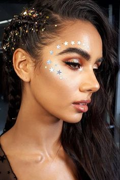 These 44 Festival Makeup Ideas Are All the Inspo You'll Need For the Weekend — POPSUGAR Diese 45 Festival-Make-up-Ideen sind die Inspiration für das Wochenende Glitter Carnaval, Make Carnaval, Music Festival Makeup, Festival Makeup Glitter, Festival Glitter Ideas, Popsugar, Festival Looks, Coachella Make-up, Sweat Proof Makeup