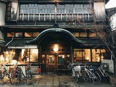 「元銭湯」という異色の経歴を持つリノベカフェ。京都の「さらさ西陣」さんがお気に入りです | goodroom journal Japanese Buildings, Japanese Architecture, Architecture Old, Restaurant Facade, Restaurant Entrance, Japanese Shop, Japanese House, Dojo, Beautiful Places In Japan