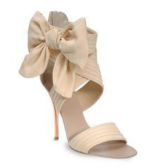 En Riomar fotógrafos nos gustan esos originales zapatos de novia con lazo. http://riomarfotografosdeboda.com