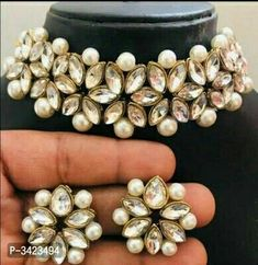 Exquisite kundan and pearl chokher jewellery set Kundan Jewellery Set, Indian Jewelry Earrings, Indian Jewelry Sets, Fancy Jewellery, Jewelry Design Earrings, Indian Wedding Jewelry, Bridal Jewelry Sets, Necklace Designs, Kundan Set