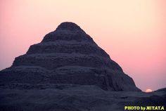 有名なジュゼル王、階段ピラミッド。夕日の図。   『AROUND THE WORLD by MOTO』より