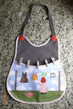 Porta Grampos de Roupa no Fabric Crafts, Sewing Crafts, Sewing Projects, Diy Clothespin Bag, Washing Peg Bags, Cute Aprons, Sewing Aprons, Needle Book, Clothes Line