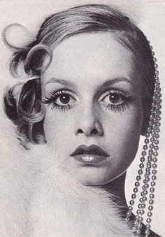 Twiggy photographed by Bill King for the cover of Queen magazine, december 1967. Hair by Michael at Leonard, Make-up by Guerlain, styling by Erté. Image scanned by Sweet Jane.