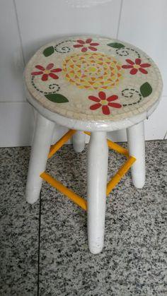 Mosaico no banquinho de madeira
