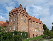 Holckenhavn Slot, Fyn - Slottet kan dateres til 1579, da det hed Ulfeldtsholm og tilhørte slægten Ulfeldt. Ellen Marsvin købte det i 1616, og hun omdøbte det til Ellensborg. Hun udvidede snart med to fløje og et kapel, der er kendt for sine fornemme billedskærerarbejder. Ellen Marsvin var mor til Kirsten Munk, der var gift med Christian 4.
