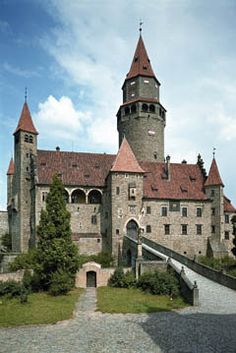 Before The Fall, Beautiful Castles, Places Of Interest, Medieval Fantasy, 14th Century, Places To Go, Beautiful Pictures, Around The Worlds, Mansions