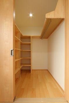 片側は、画像左側のように可動棚とする。