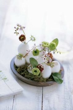 Easter egg decorating ideas to decorate your Easter table with colored eggs, flowers, candles, and many other ideas. Happy Easter, Easter Bunny, Easter Eggs, Easter Table Decorations, Easter Centerpiece, Table Centerpieces, Centerpiece Ideas, Easter Decor, About Easter