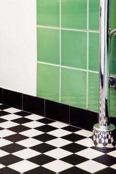 Grönt funkiskakel och svartvitt klinkergolv