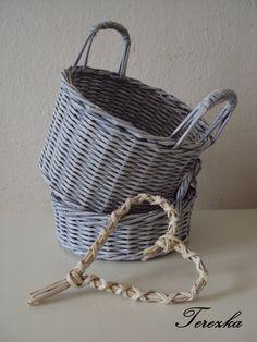 Patinovaný a ušatý Patinovaný košík s uchy z papírového pedigu. Celovýplet…