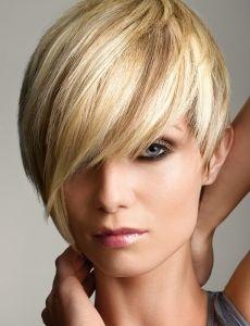 Lyhyet hiukset voimakkaalla sivuotsiksella