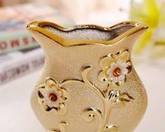 Elegantná porcelánová váza s unikátnym dizajnom, kvetmi a kryštálikmi v zlatej farbe .