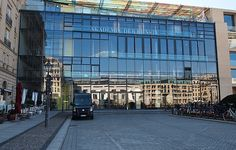 Die Akademie der Künste befindet sich direkt am bekannten Pariser Platz. Die Architektur des Gebäudes ist beeindruckend und absolut sehenswert.