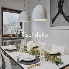 Neben Gläsern und Tellern, Besteck und Servietten bleibt immer noch ein wenig Platz für eine schöne Tischdeko. Gerade an an Geburtstagen, Festen oder Feiertagen ist eine geschmackvolle Tischdekoration sehr passend. Aber auch für das alltägliche Abendessen kann der Tisch mit einer ausgefallenen Deko geschmückt werden. Lasst Euch inspirieren!