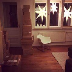 """Sieht mein Wohnzimmer nicht irre gemütlich aus mit diesen vielen Kisten neuer Ware? Ich hatte mich so gefreut, dass der Weihnachtsbaum endlich raus war... und dann klingelte es und der Schenker Mann stand da und hinter ihm dieser Berg... dann klingelte es wieder und der UPS-Mann stand da, dann kam der TNT-Mann... so, uns jetzt? Jetzt kann man sich nicht mal auf Sofa fläzen und Netflix glotzen weil einen all die Kisten anstarren und vorwurfsvoll murmeln: """"pack mich aus.... pack mich endlich…"""