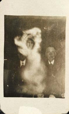 """These eerie vintage photographs were created to reveal """"spirits."""" In actuality, Victorian-era photographers just used double exposures and darkroom manipulation to mimic paranormal phenomena! Dark Side, Paranormal Pictures, Spirit Photography, Double Exposition, Creepy Photos, Ghost Pictures, Real Ghosts, Ghost Hunting, Expositions"""