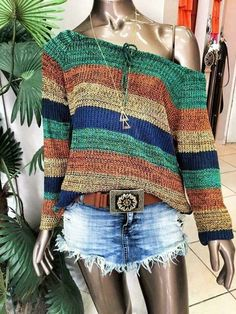 The post is in Finnish but links to the pattern (also in Finnish) which links to the free Ravelry pattern w Crochet Shirt, Crochet Poncho, Knit Crochet, Knitting Patterns, Crochet Patterns, Hand Knitting, Mode Crochet, Crochet Woman, Knit Fashion