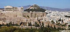 13.Atenas debe su nombre a Atenea, diosa protectora nacida de la cabeza de Zeus, cuya historia se confunde con la de la propia Grecia.Los primeros pobladores fueron distintas etnias de jonios que se establecieron al lado del peñasco que más tarde vería surgir la Acrópolis.